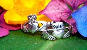 Wedding jewellery tradition: claddagh-rings